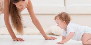 Alentar al bebé a gatear