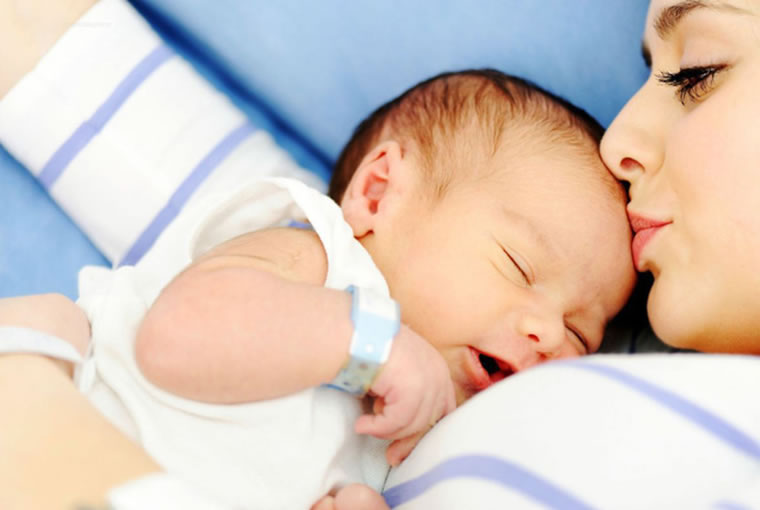 Estudio revela la importancia de los abrazos en el desarrollo del cerebro de los bebes
