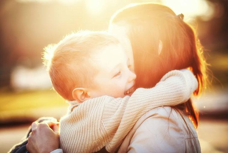 Ejercicios para el cerebro y el gimnasio para niños pequeños con hipotonía