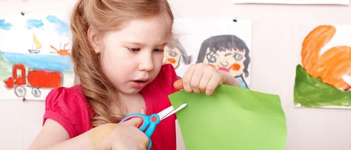 Enseñar a los preescolares a usar tijeras